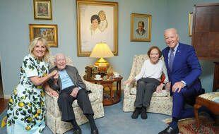 Les proportions de ce cliché de la visite le 30 avril 2021 des Biden chez les Carter ont amusé les internautes.