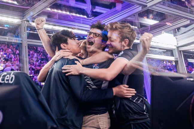 La joie de l'équipe OG, avec Ceb au milieu