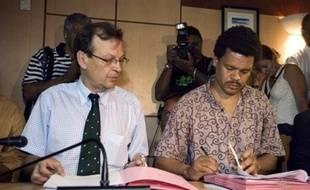 L'accord signé compte 165 articles aussi bien sur le prix de la baguette, l'embauche d'enseignants ou l'octroi de billets d'avions à prix réduits. Il récapitule les avancées obtenues sur les 146 revendications initiales du LKP en faveur du pouvoir d'achat.