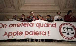 Des militants d'Attac à Paris dans l'Apple Store Opéra le 2 décembre 2017.
