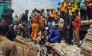 Les secours tentent de déblayer les décombres pour retrouver des survivants, le 22 juin 2019, à Sihanoukville, au Cambodge.