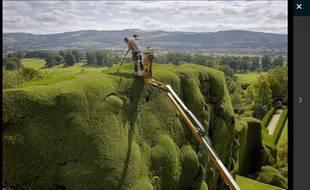 Un jardinier à Pows Castle au Pays de Galles.