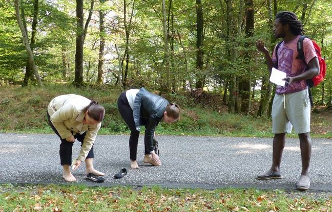 Sader invite les promeneurs à enlever leurs chaussures pour faire une marche adghane pieds nus dans la forêt.