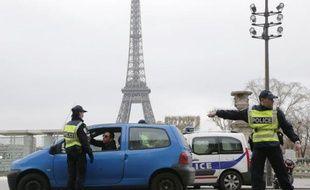 Des policiers à Paris le 17 mars 2014