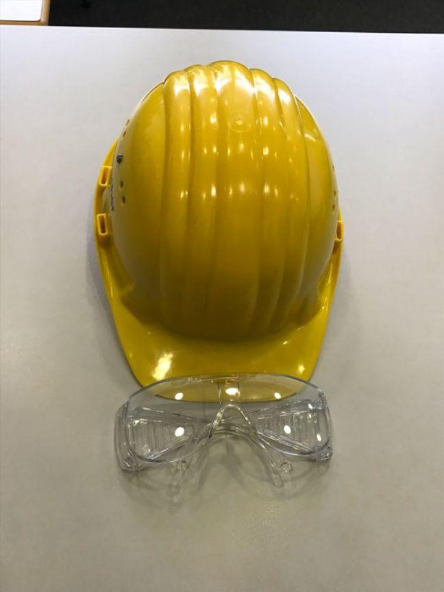 Pour pénétrer le site de production d'insuline, le port du casque et de lunettes de sécurité sont de rigueur.