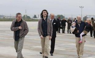 Les journalistes Didier François (gauche), Edouard Elias (centre) et Nicolas Hénin (droite) à Villacoublay le 20 avril 2014