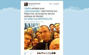 Selfie solidaire du service politique du «Monde» pour soutenir son journaliste Thomas Wieder.