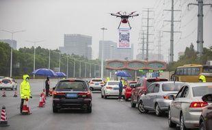 Un drone survolant les voitures qui tentent d'entrer à Shenzhen, en Chine, le 11 février 2020.