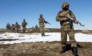 Les corps criblés de balles de neuf combattants talibans ont été retrouvés en bordure de route dans une zone tribale sensible du nord-ouest pakistanais, près de la frontière afghane, ont indiqué lundi des responsables.