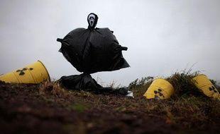 Un épouvantail est installé par des activistes sur le trajet du train devant transporter des déchets nucléaires de La Hague (France) à Gorleben (Allemagne), Dannenberg, le 4 novembre 2010.