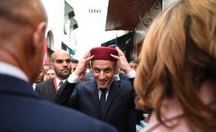 Le président Emmanuel Macron essaye un fez lors de sa visite de la médina de Tunis, le 1er février 2018.