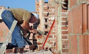 Un ouvrier sur un chantier de construction en France, en 2011