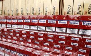 Des cartouches de cigarettes saisies par la douane. Illustration