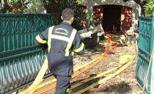 Les pompiers de la sécurité civile continuaient de pomper l'eau des caves et vides sanitaires inondés toute la journée de jeudi.