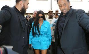 Kim Kardashian arrive  au premier défilé pour Louis Vuitton homme de l'Américain Virgil Abloh à Paris le 21 juin 2018.