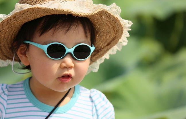 Pour s'exposer au soleil, les plus petits doivent éviter le créneau 12h-16h et être bien couverts: chapeau, vêtements longs et lunettes.