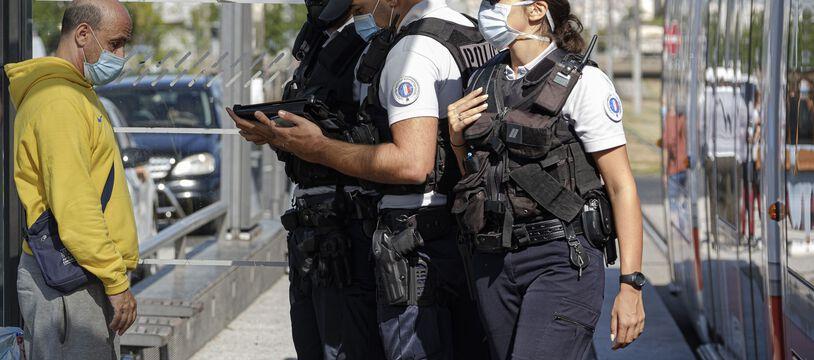 Contrôles de police sur le réseau des transports en commun lyonnais pour vérifier le port du masque obligatoire depuis la fin du mois d'août dans toute la ville.