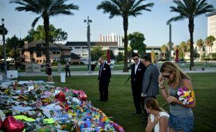 Des personnes se recueillent devant un mémorial pour les victimes du Pulse à Orlando le 14 juin 2016