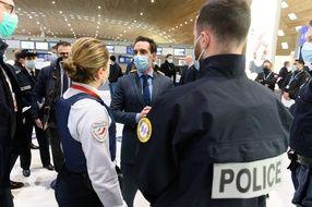 Jean-Baptiste Djebbari avec des policiers lors d'un déplacement à Roissy en février 2021.