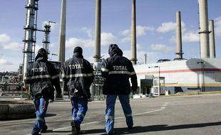 La raffinerie Total de Feyzin, en février 2010, lors d'une grève des salariés.