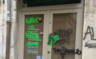Des activistes de la cause animale ont tagué plusieurs commerces de Lyon.