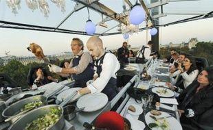 Une vingtaine de personnes dînent à 25 m au-dessus du jardin des Tuileries, à Paris.
