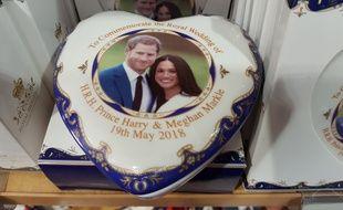 L'image du couple princier se décline à l'infini dans les magasins de souvenirs à Londres.