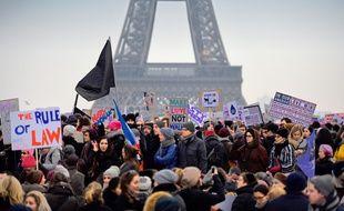 Au moins 2.000 personnes,  femmes et de ressortissants américains, se sont rassemblées samedi 21 janvier 2017 sur le parvis du Trocadéro à Paris pour protester contre «tout ce que Trump représente».