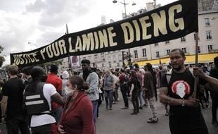 Des manifestants se sont rassemblés samedi 20 juin place de la République à Paris, en hommage à Lamine Dieng.