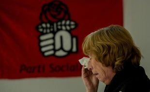 Une militante socialiste essuie une larme face à la défaite du PS dans la région nord-Pas-de-Calais, le 6 décembre au siège du PS à Lille
