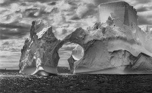Iceberg entre l'île Paulet et les îles Shetland du sud dans la mer de Weddell. Péninsule Antarctique. 2005.