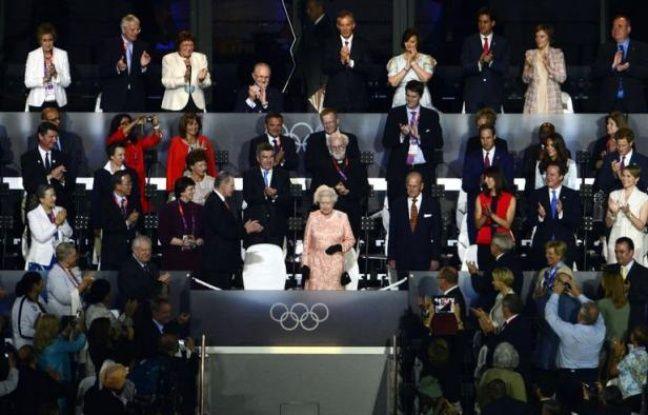 """Londres a fêté l'ouverture de ses jeux Olympiques vendredi soir, dans le stade de Stratford, avec pour premiers rôles d'une cérémonie d'ouverture très """"british"""" la reine Elizabeth II, l'agent secret 007, le célèbre M. Bean, et Usain Bolt, l'""""Eclair de Kingston."""