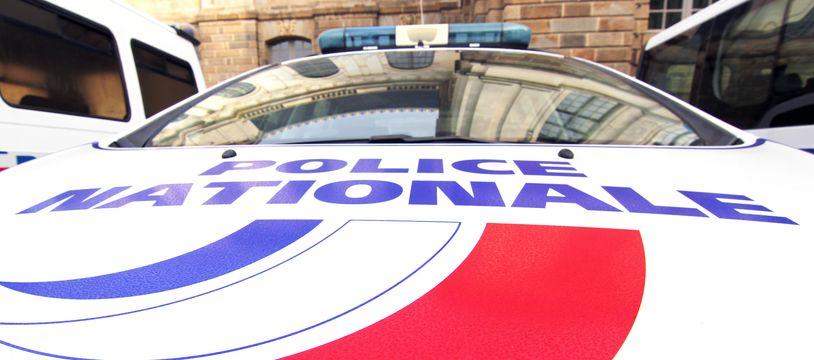 Illustration d'une voiture de la police nationale, ici devant le parlement de Bretagne, à Rennes.