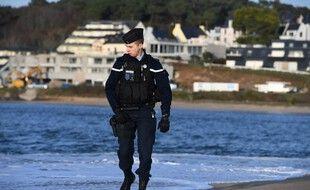 Un gendarme à la recherche de ballots de cocaïne sur une plage bretonne en novembre 2019. (archives)