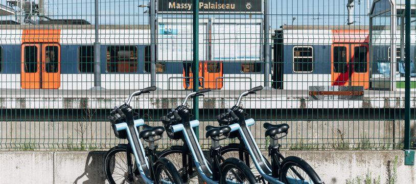 Des vélos Zoov devant la gare de Massy Palaiseau