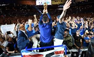 video frissons la c l bration des bleus avec leurs supporters vue de l 39 int rieur. Black Bedroom Furniture Sets. Home Design Ideas