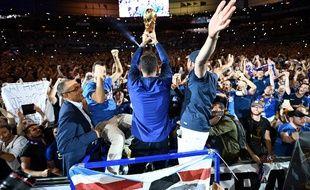 Hugo Lloris présente le trophée de la Coupe du monde au public du Stade de France, le 9 septembre 2018.