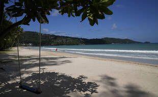 La plage vide de Patong à Phuket ne le sera bientôt plus avec le retour des touristes prévu pour le 1er juillet 2021.