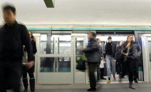 Des passagers sur la ligne 1 sur métro entre La Défense et Vincennes le 17 novembre 2010 à Paris