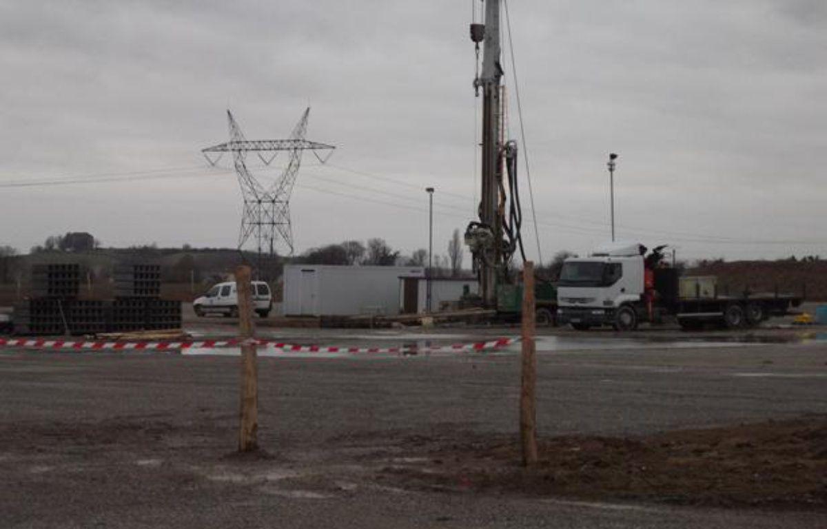 Le matériel de forage pour les huiles de schiste est arrivé à Doue, en Seine-et-Marne. Photo prise le 4 février 2011. – P.Doerler