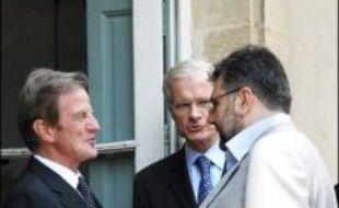 Les représentants des principaux partis libanais se sont retrouvés dimanche près de Paris au deuxième jour d'une réunion visant à renouer le dialogue dans un climat de grave crise politique, sous la houlette du chef de la diplomatie française Bernard Kouchner,