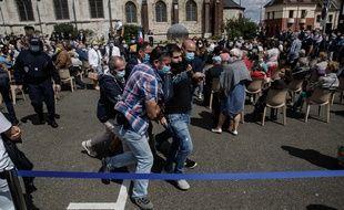 Des manifestants évacués lors de la cérémonie hommage au père Hamel, assassiné en 2016 par des terroristes.