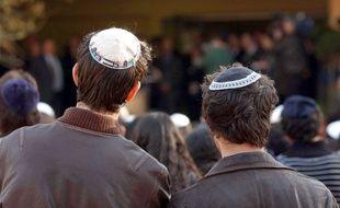 Deux jeunes étudiants juifs coiffés d'une kippa.