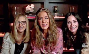 Les actrices Lisa Kudrow, Jennifer Aniston et Courteney Cox lors de la cérémonie des Emmy Awards 2020
