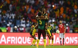 Les joueurs camerounais Michael Ngadeu-Ngadjui et Sebastien Siani savourent la victoire.
