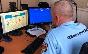 Un gendarme spécialisé dans l'analyse criminelle, ici en Loire-Atlantique.
