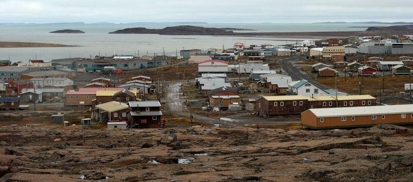 Le village de Kugluktuk dans le Nunavut (Canada) directement concerné par le réchauffement climatique entraînant la fonte précoce du permafrost et des hivers beaucoup plus courts.