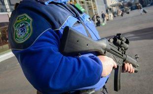 Un policier suisse patrouille à l'aéroport de Genève, le 12 décembre 2015