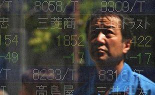 Le Japon a enregistré en 2013 un déficit commercial record de plus de 80 milliards d'euros, une mauvaise nouvelle pour le Premier ministre conservateur, Shinzo Abe, dont la politique de relance a fait plonger le yen et flamber la facture énergétique.