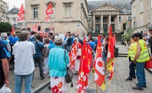 Illustration de personnes mobilisées et de journalistes devant le tribunal à Poitiers qui se prononce sur le sort de l'équipementier GM&S, le 30 juin 2017
